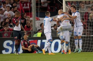 Tonelli festeggiato dai compagni dopo il gol del pari