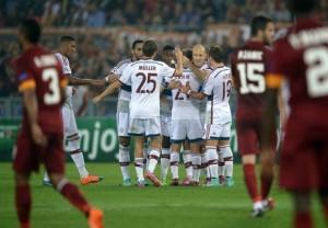 I giocatori del Bayern esultano sotto lo sguardo dei romanisti