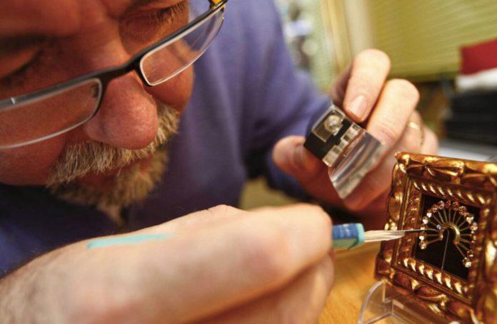 Maestro Aldo Calìro nel suo laboratorio