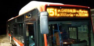 bus-chiaia-colpito-da-sassi_21secolo_matteoluigicuomo