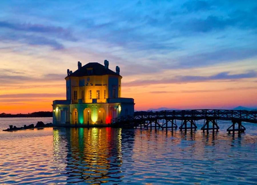 La Casina Vanvitelliana, si tinge dei colori della bandiera italiana
